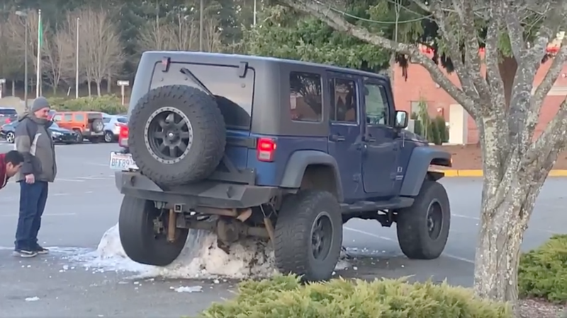 Illustration for article titled Mall Crawling Just Got Too Real for This Poor Jeep