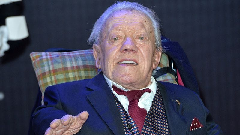 Kenny Baker at the European premiere of Star Wars: The Force Awakens. (Photo: Anthony Harvey/Getty Images)