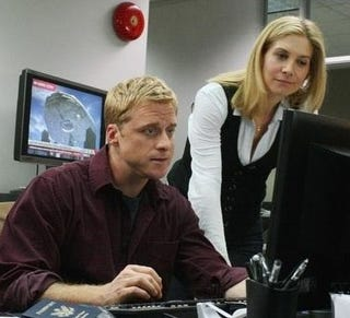 Illustration for article titled Alan Tudyk Leads The Human Resistance Against Ridiculous Alien Cleavage, In New V Stills