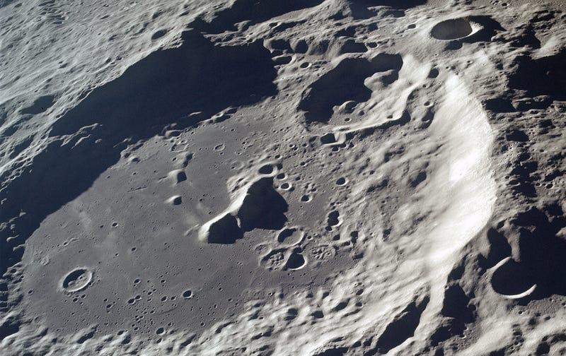 Vista del cráter Aitken tomada por la misión Apolo 17 a 121km de altura sobre el polo sur lunar.