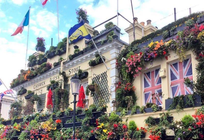 El bar The Churchill Arms se gasta 30.000 libras al año en decoraciones para Instagram.