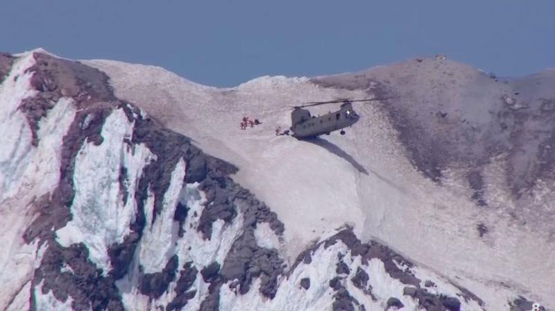 Illustration for article titled La arriesgada maniobra de un helicóptero posándose en una ladera nevada para rescatar a unos montañeros
