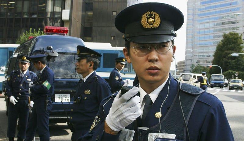 Illustration for article titled Por qué la policía japonesa lleva guantes blancos desde la visita de los Beatles en 1966