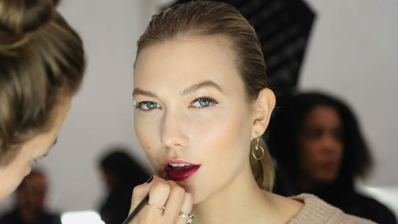 Illustration for article titled Karlie Kloss Ditches the Runway for Books and Frat Parties at NYU