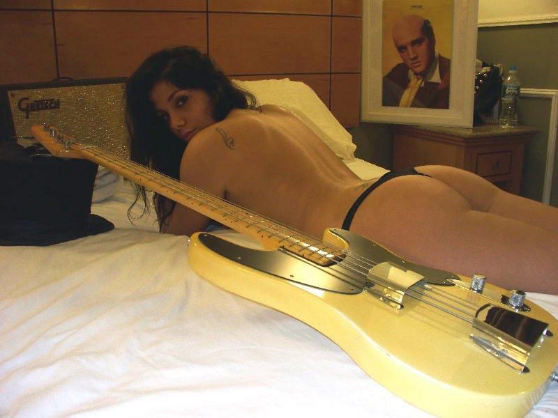 Illustration for article titled Legdögösebb gitárhirdetés az eBay-en pucér nővel és kopasz Elvisszel