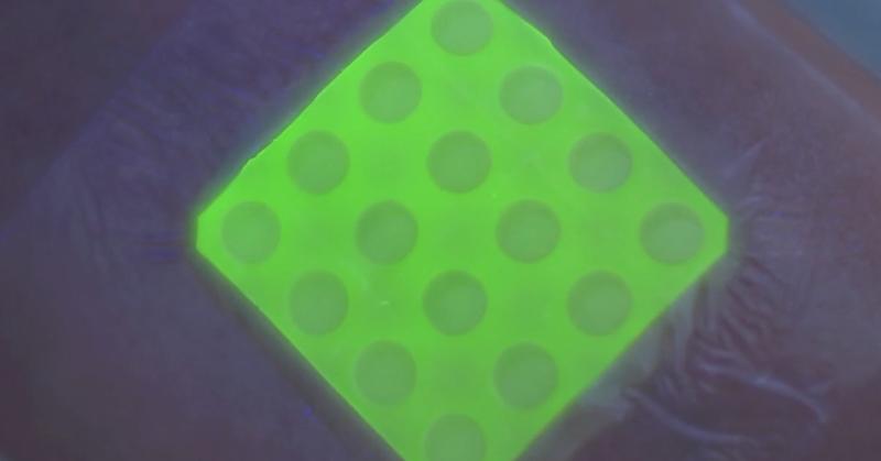 Illustration for article titled Este vendaje inteligente brilla cuando la herida se infecta