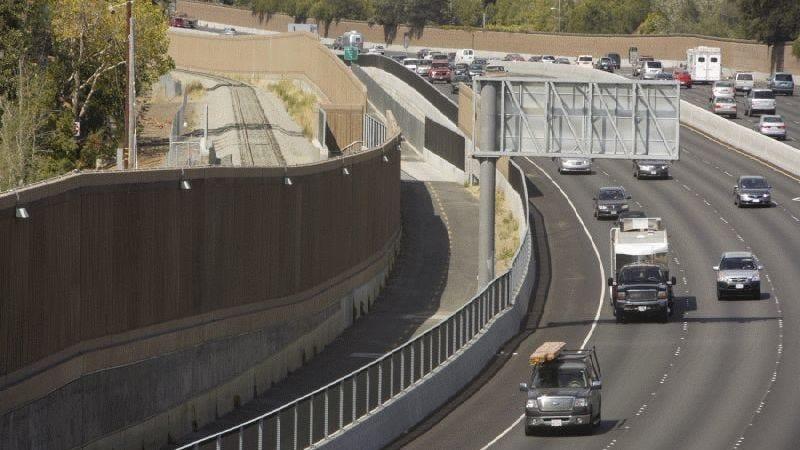 Illustration for article titled Las barreras contra el ruido de las autopistas son una gran mentira