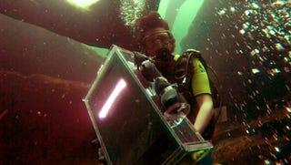 Illustration for article titled Asztali szkennerrel fotóz víz alatt a wisconsini művész