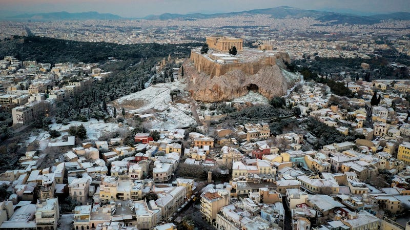 Illustration for article titled Una espectacular nevada tiñe de blanco las ruinas y las playas más famosas de Grecia