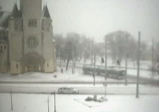 Illustration for article titled Nézd élőben, gospelzenével a mérgesedő debreceni hóhelyzetet!