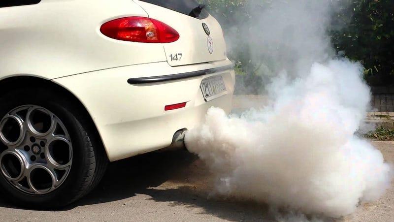Qué significa el humo que sale del tubo de escape de tu coche, según su color