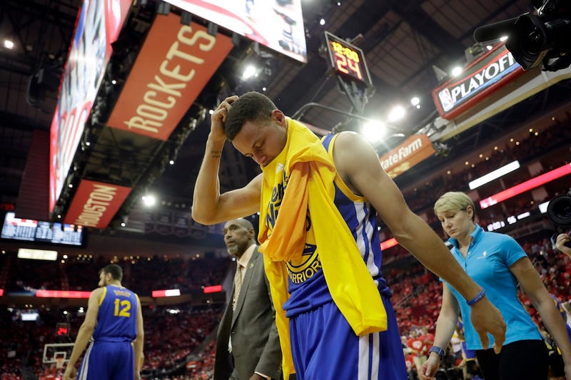 Stephen Curry leaves the floor at halftime of Game 4. Via AP.