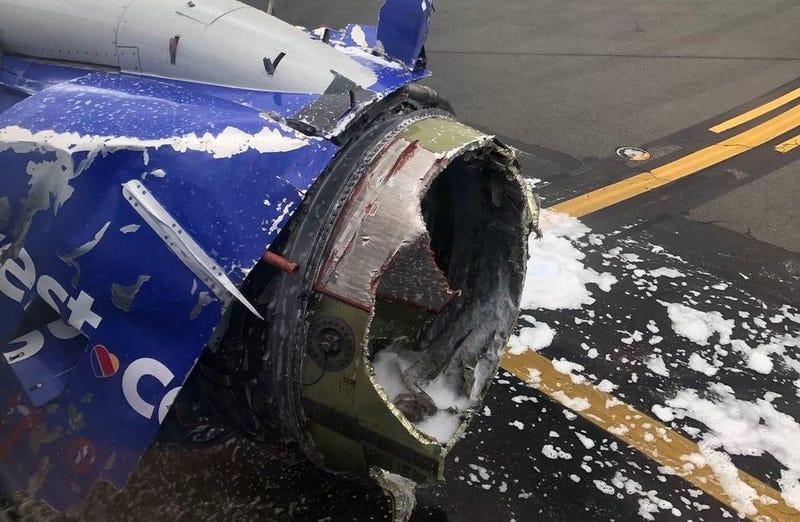 El motor del avión destruido.