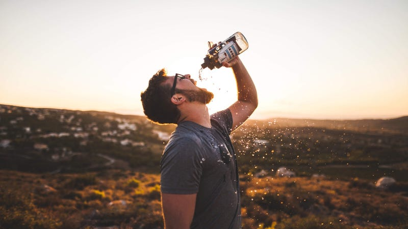 Illustration for article titled Para saber si estás bebiendo suficiente agua solo tienes que fijarte en un detalle de tu propia piel