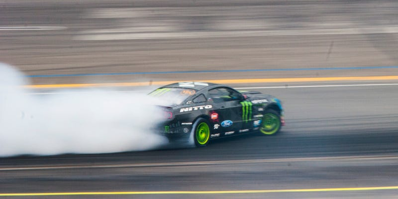 Illustration for article titled The Violent Calm Of An 850 Horsepower Mustang Drift Car
