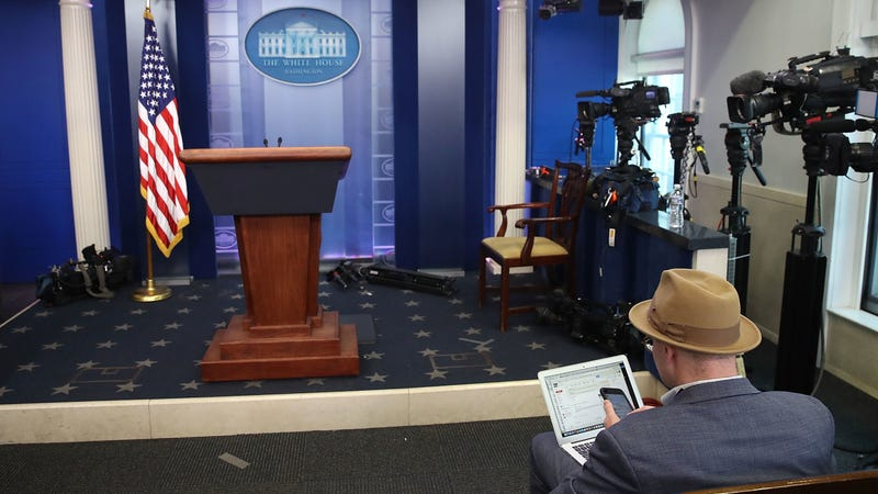 Glenn Thrush in the White House briefing room, doing some work. Image: Getty