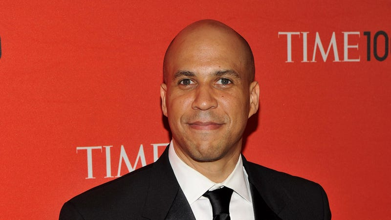 Illustration for article titled Your Morning Swoon: Mayor Cory Booker Races Into Burning Building to Save Woman's Life