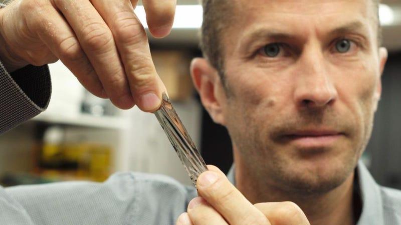 El investigador de IBM, Mark Lantz, junto a un pedazo de la cinta. Imagen: IBM