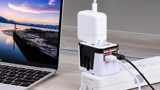Adaptador de viajes universal con cuatro puertos USB | $13 | Amazon | Usa el código del 5%