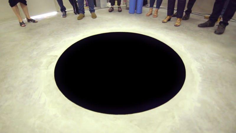 Illustration for article titled Hospitalizan al visitante de un museo tras caer en un agujero enorme que parece pintado en el suelo (pero es arte)