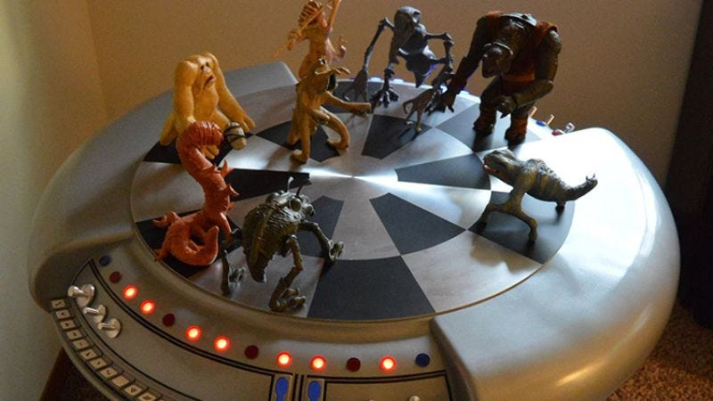 Illustration for article titled This guy's full-sized Star Wars holochess board is an amazing labor of love