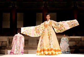 Illustration for article titled This Korean Dress Deserves A Big Hand