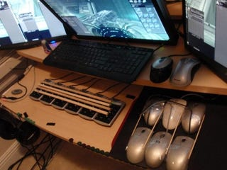 Illustration for article titled Insane MMORPG Rig Lets You Farm For Gold with Six Computers at Once