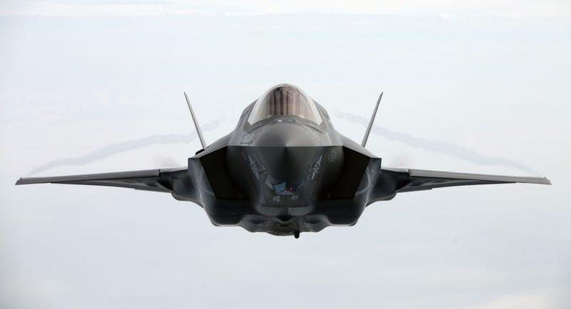 """Illustration for article titled La última prueba del F-35: aterrizar en un """"portaaviones"""" en el desierto"""