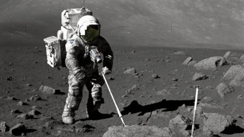 El astronauta Harrison Schmidt recopilando muestras de polvo lunar.