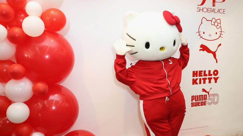 Illustration for article titled It's Friday, let's take a tour of the Hello Kitty-themed bullet train