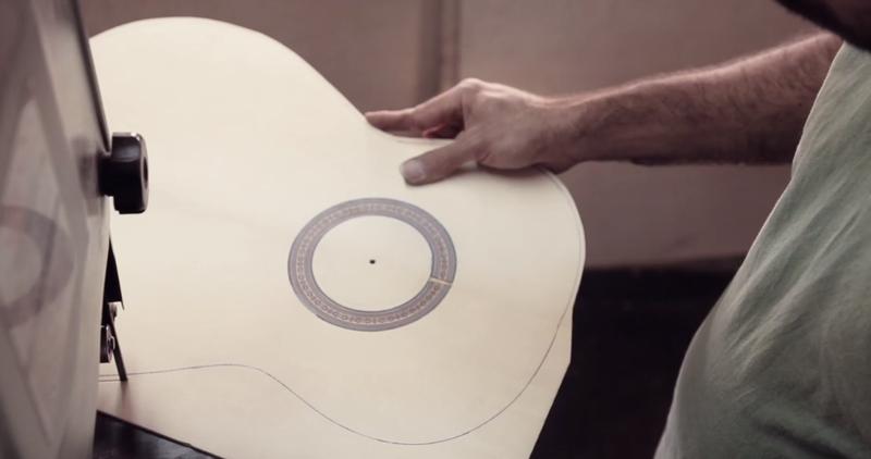 Illustration for article titled Relájate viendo el complicado y bello arte de crear guitarras flamencas