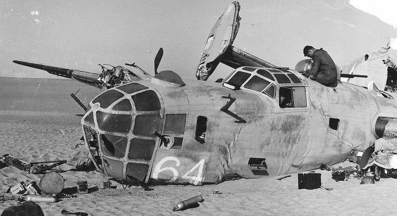 Imagen: Los restos del bombardero Lady Be Good en el desierto. Wikimedia Commons