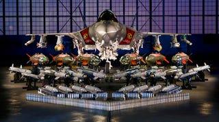 Impresionante foto de un F-35 posando con todo su arsenal