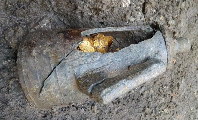 Illustration for article titled Albañiles encuentran un ánfora llena de monedas de oro del imperio romano en un cine en obras