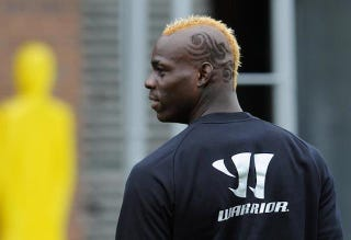 Illustration for article titled I Can't Stop Looking At Mario Balotelli's New Haircut