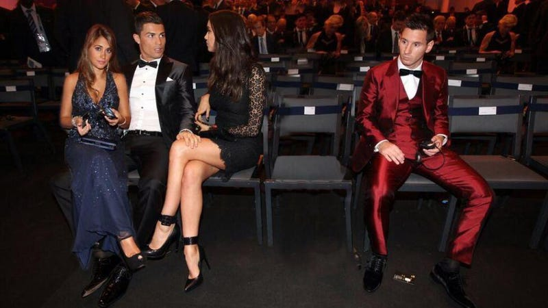 Illustration for article titled Sadly, This Great Picture Of Ronaldo Stealing Messi's Girl Is Fake
