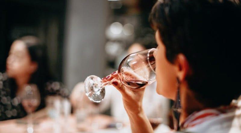 Illustration for article titled Por qué el vino tinto mancha los dientes de algunas personas
