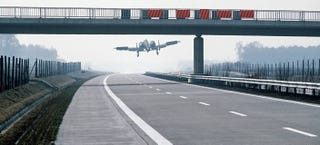Illustration for article titled A-10 Thunderbolt attack jet lands on German highway