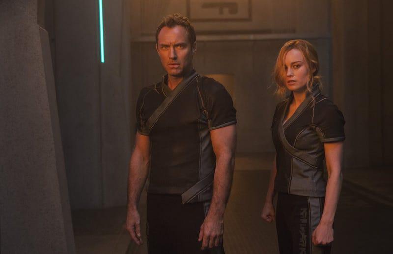 Jude Law y Brie Larson en Capitana Marvel.
