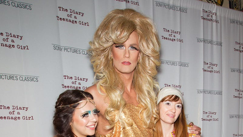 Illustration for article titled Alexander Skarsgard Attends Premiere as a Dynasty-Style Drag Queen
