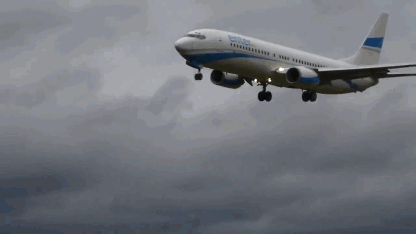 El aterrador momento en el que un Boeing 737 aterriza, toca tierra y vuelve a despegar por culpa del viento cruzado