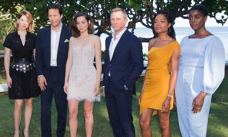 """Las estrellas de """"Bond 25"""", de izquierda a derecha: Léa Seydoux, Cary Joji Fukunaga (director), Ana de Armas, Daniel Craig, Naomie Harris y Lashana Lynch"""