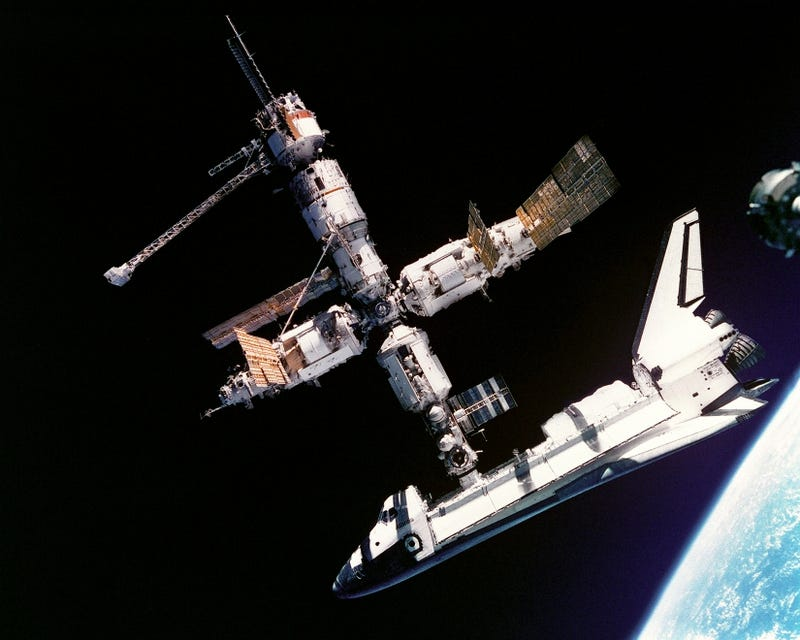 Illustration for article titled Space Shuttle-Mir Docking