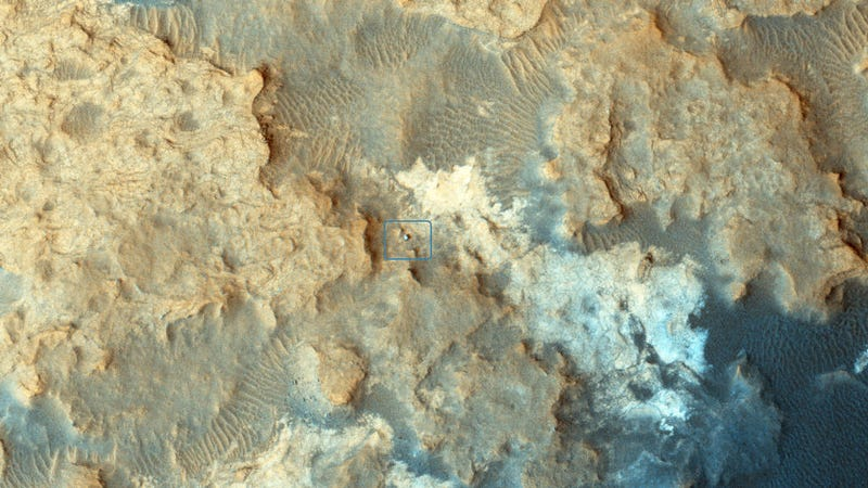 Illustration for article titled NASA's Curiosity Rover Looks Like a Tiny Rivet on Mars' Surface