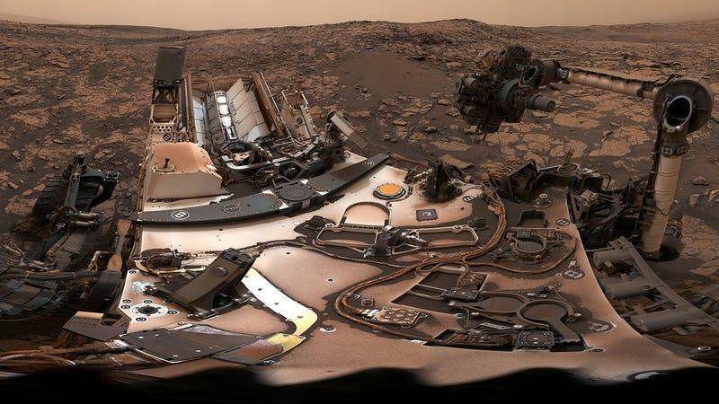 Illustration for article titled El rover Curiosity se toma un impresionante selfie de 360 grados bajo el cielo polvoriento de Marte