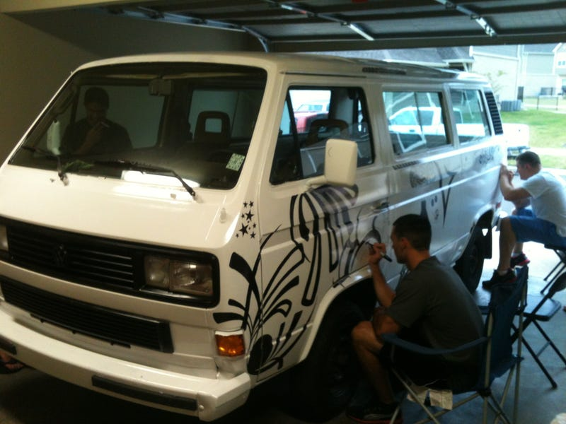 Illustration for article titled Guy invites strangers to get drunk and draw on his van,