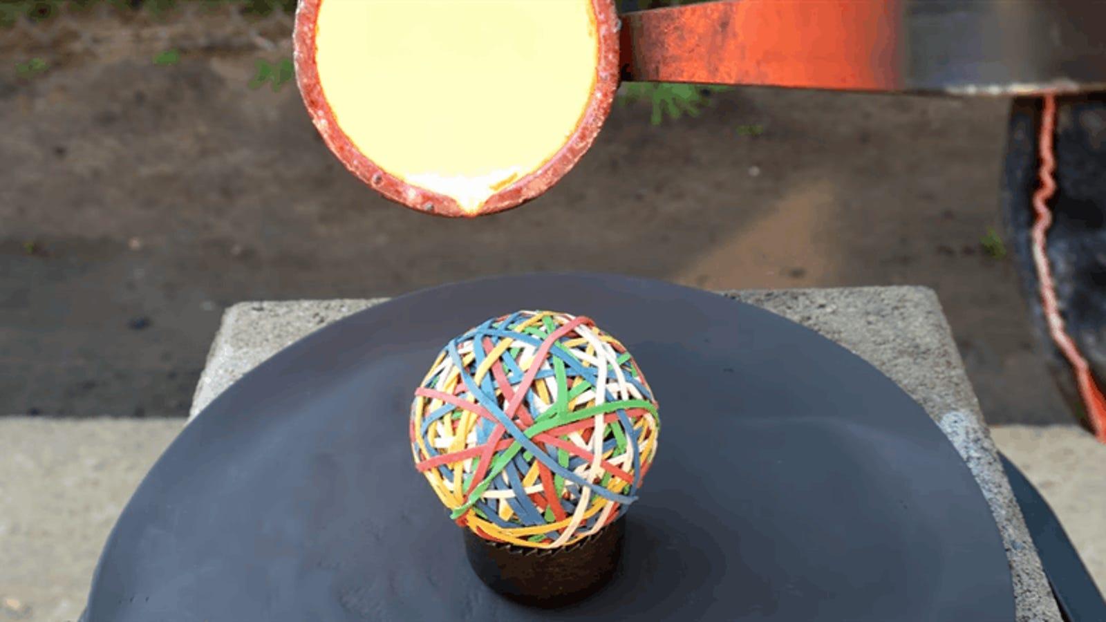 Esto es lo que sucede cuando viertes cobre fundido sobre una pelota de gomas elásticas