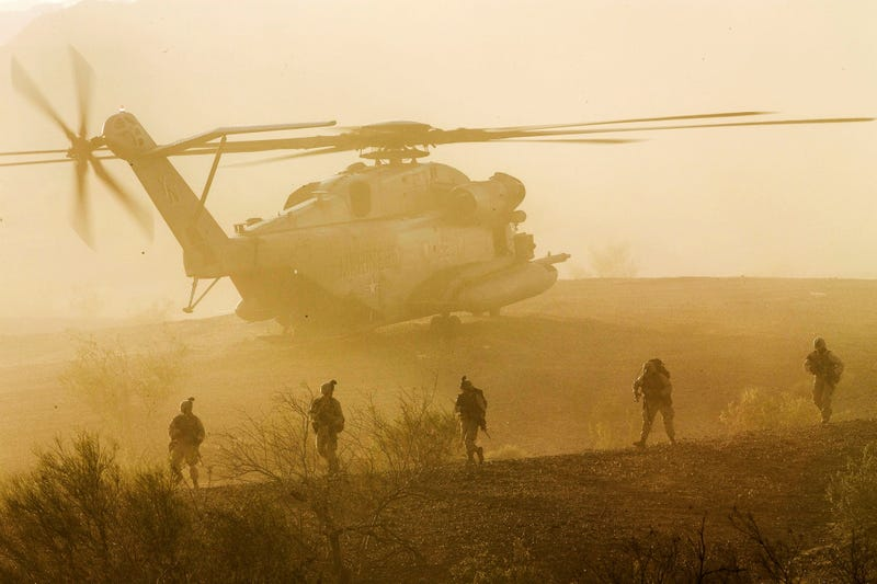 Illustration for article titled US Marines leaving a Super Stallion helicopter looks like a movie scene