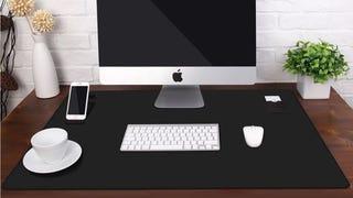 Alfombrilla Jelly de 34''x23'' para el escritorio | $11 | Amazon | Usa el código JCMAT169