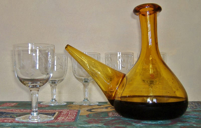 Un porrón de vino junto a varias copas. Foto: Melodie / Flickr, bajo licencia Creative Commons.